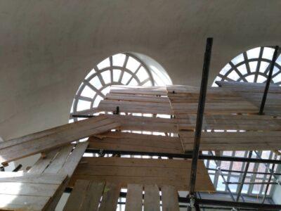Смонтировать хомутовые леса внутри купола.